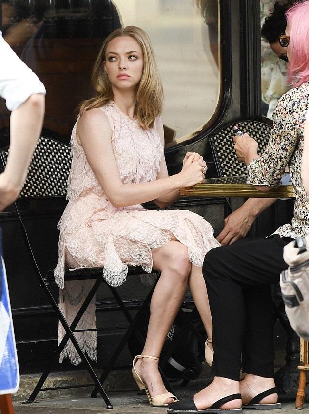 Amanda Seyfried Legs Pictures