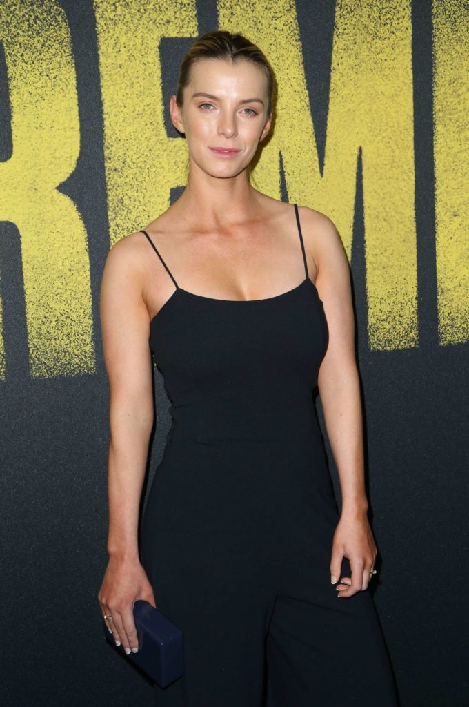 Betty Gilpin Body Wallpapers