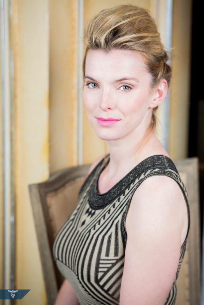 Betty Gilpin Hair Style Pics