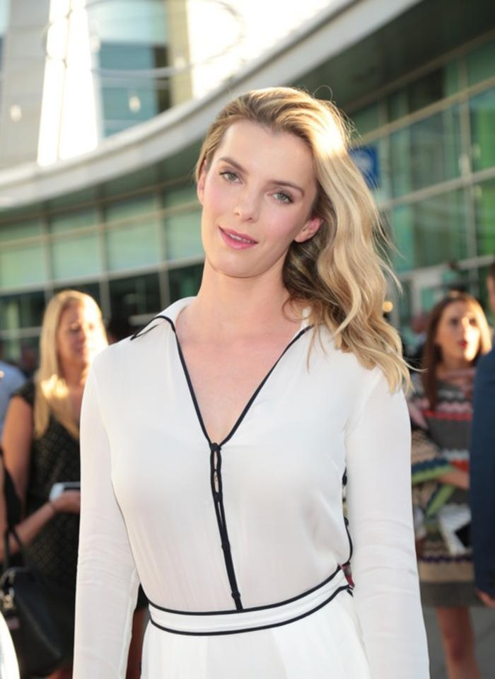 Betty Gilpin Sexy Pictures