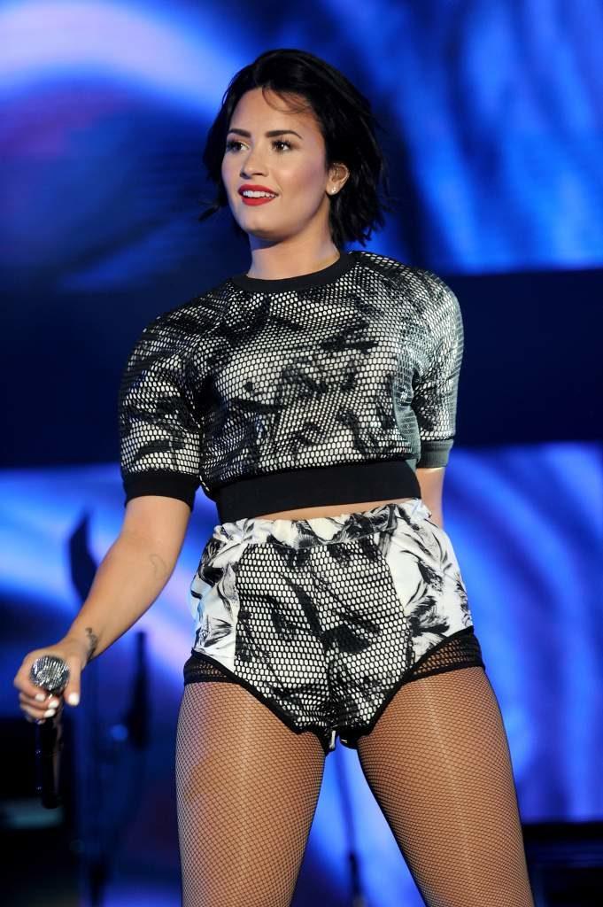 Demi Lovato Feet Shorts Wallpapers