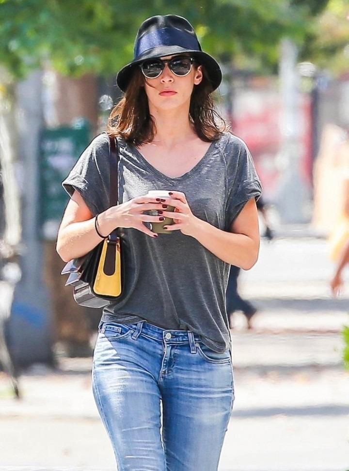 Lizzy Caplan Jeans Photos