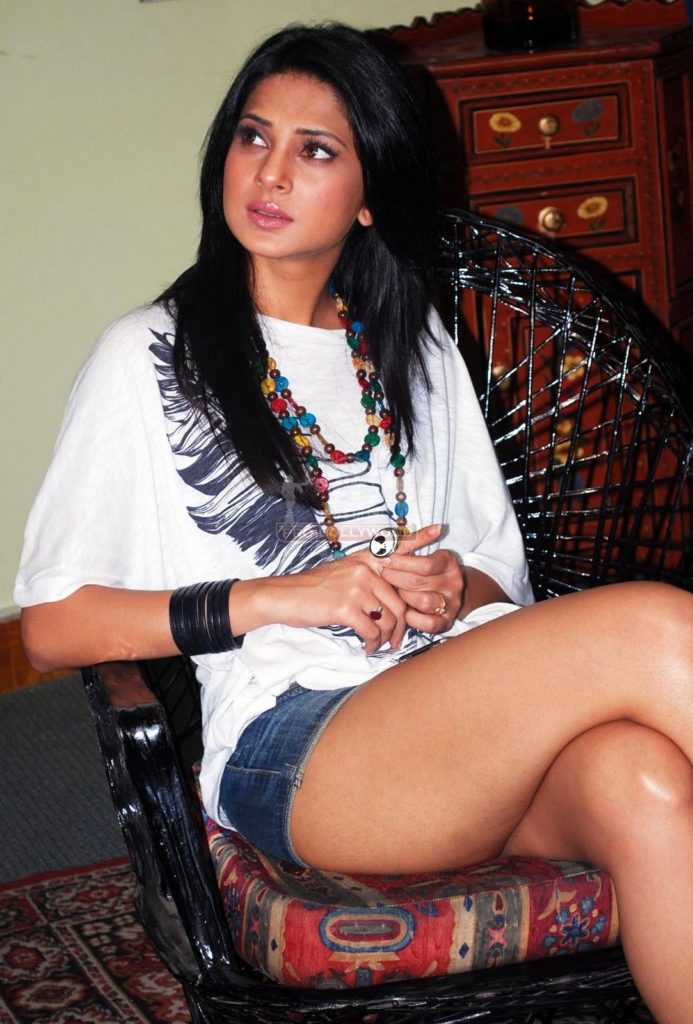 Jennifer Winget Photos In Shorts