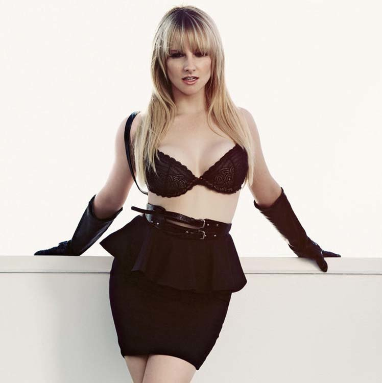 Melissa Rauch Pics In Shorts