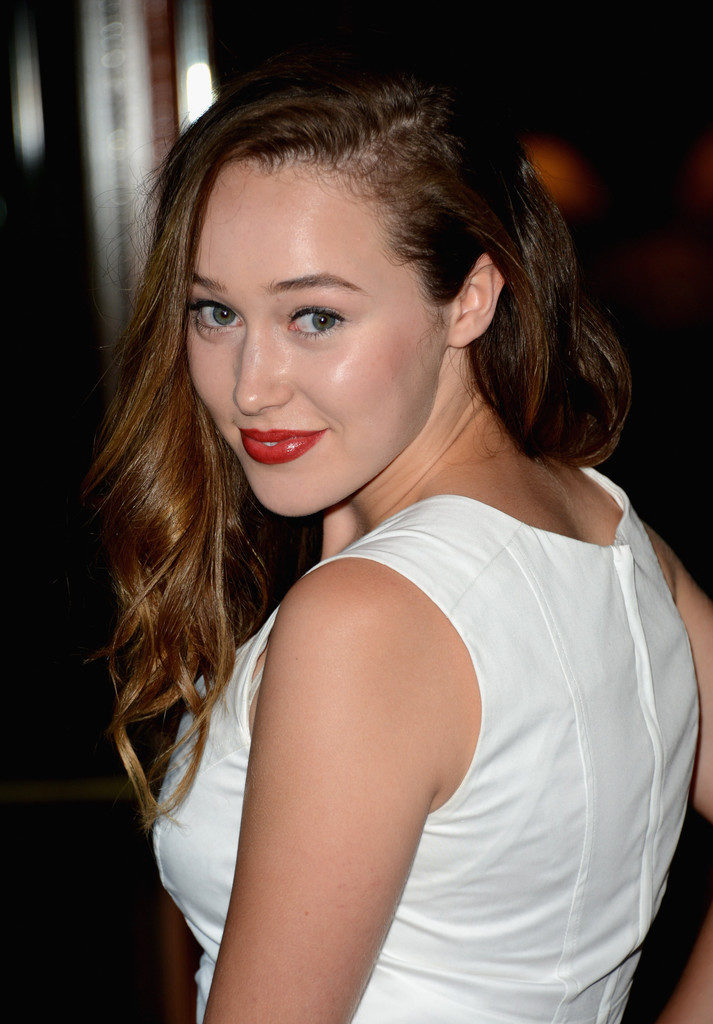 Alycia Debnam-Carey Cute Smile Pics