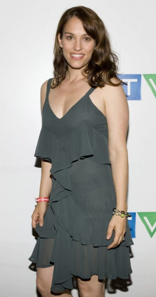 Amy Jo Johnson Sexy Cleavage Pictures