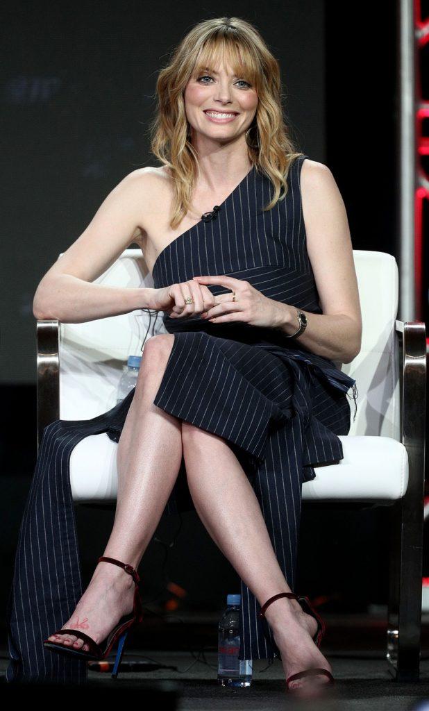 April Bowlby Sexy Legs Photos