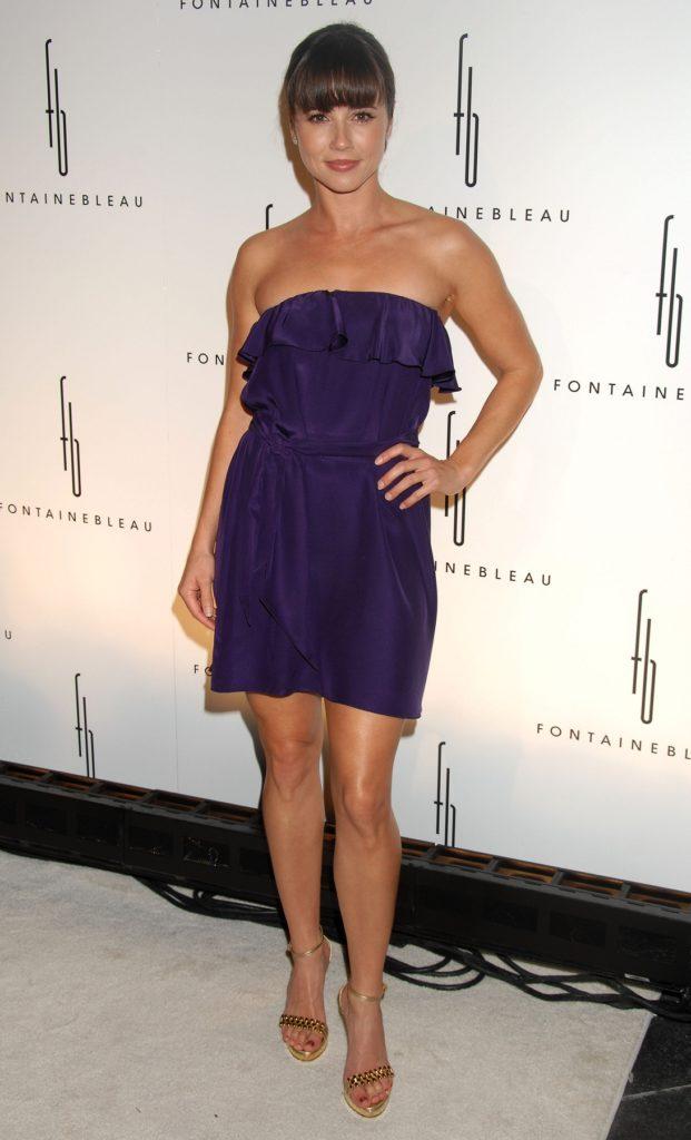 Linda-Cardellini-In-Shorts-Pics