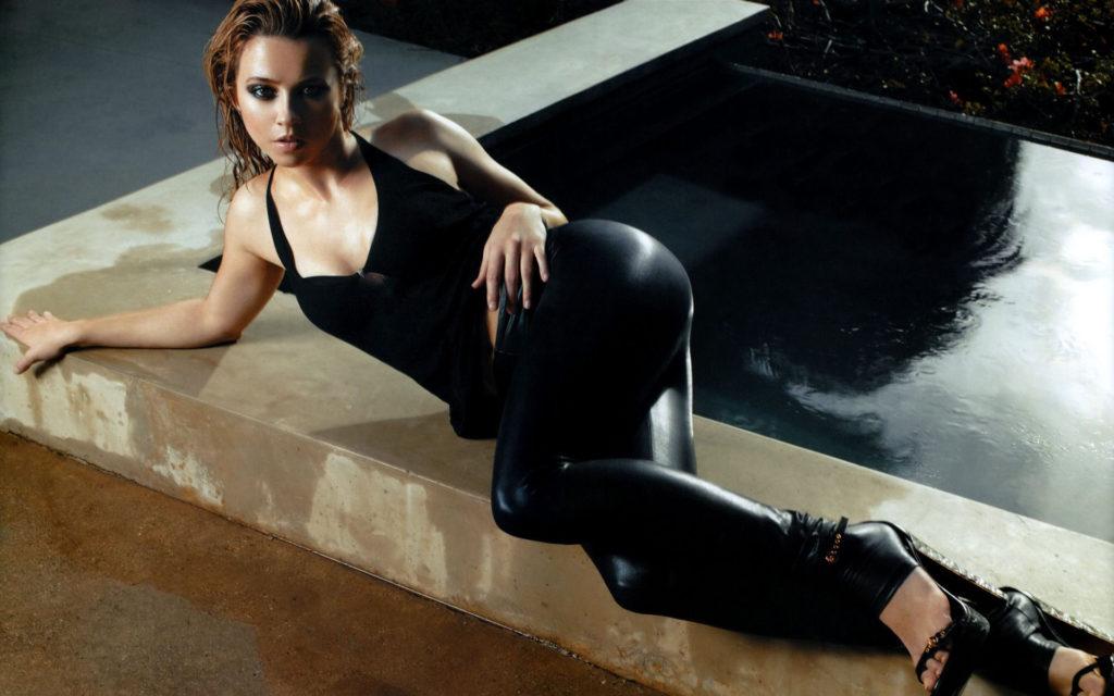 Linda-Cardellini-Leggings-Images